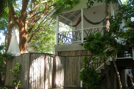 Treehouse close to the beach!  Win!  NEW. - 圣佩德罗(San Pedro) - 树屋