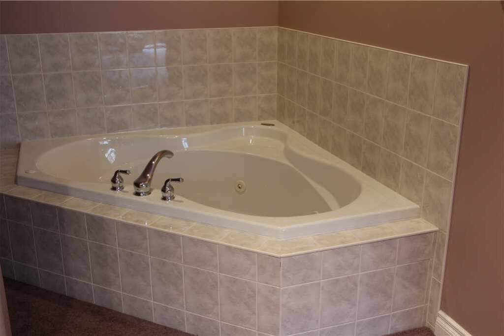 CR02 Master Bathroom 1