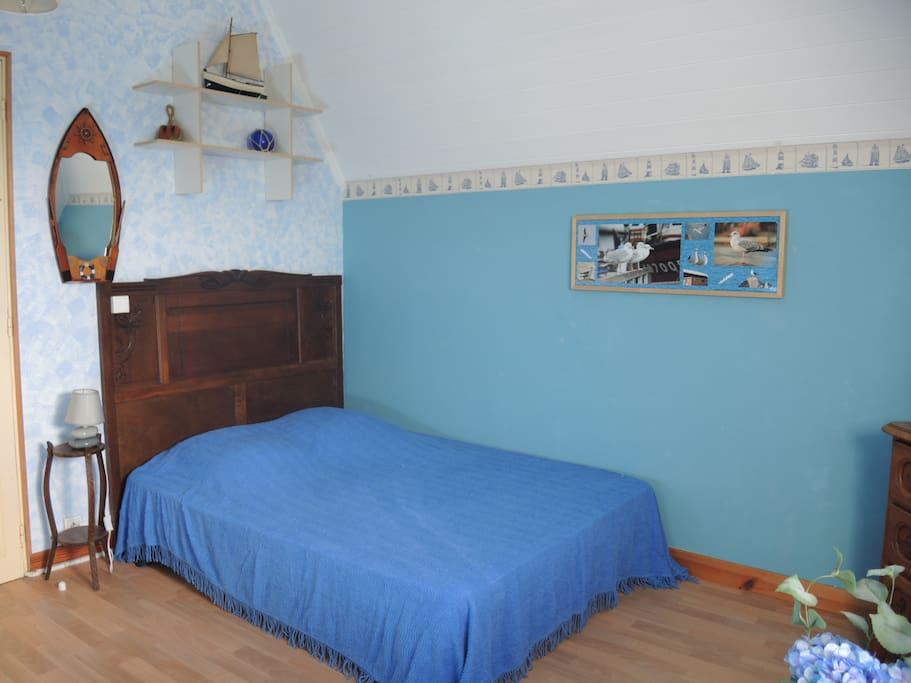 Le lit double dans la chambre/salon