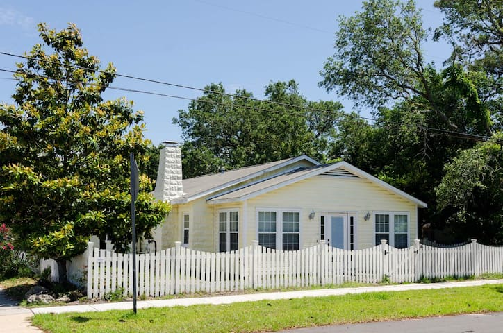 Fayetteville-Cozy 3 bedroom pet friendly house in the heart of Carolina Beach