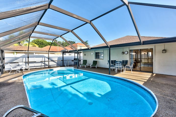 Beautiful Sunsets, Pool Home - Walk to the Beach! - Naples - Haus