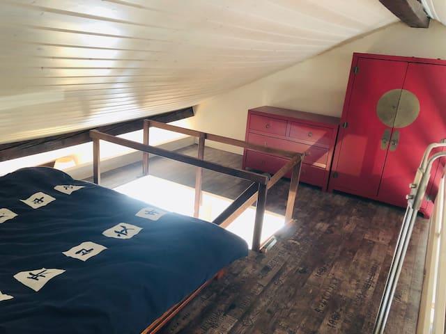 Mezzanine avec armoire et lit 2 places