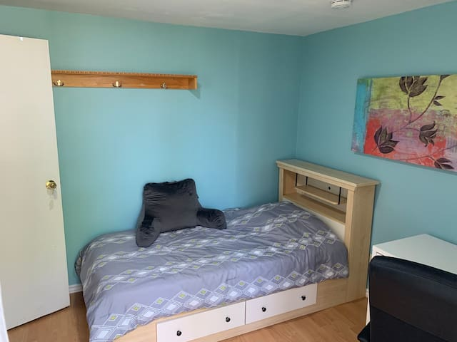 Bright quiet private bedroom, 8 min walk to subway