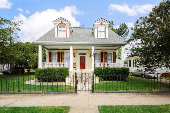 Featured Home- Sleeps 12- NEAR French Quarter Area