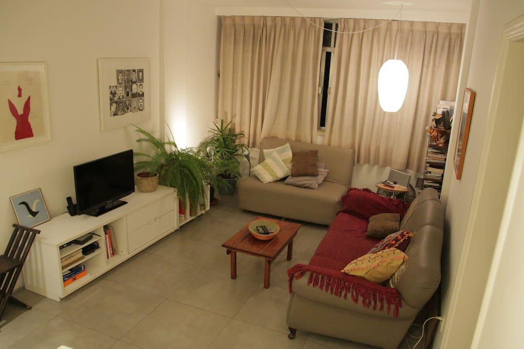 Sala de estar com televisão e sofá