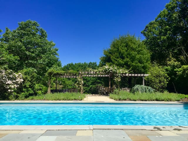 Hamptons 1.5 acre Private Oasis -5min beach