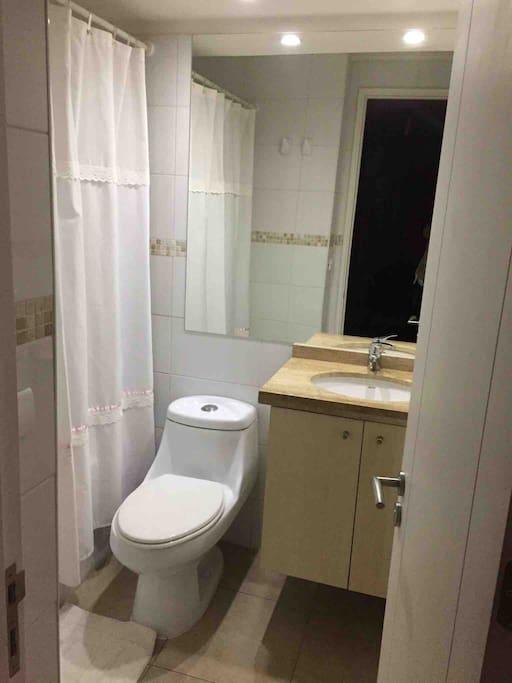 Baño con 2 toallas grandes, una de mano, jabón,champú, bálsamo, pasta dientes. Secador de pelo,papel confort.