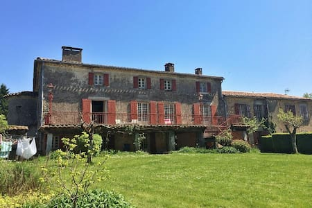 Double room in rustic French escape with pool - Montredon-Labessonnié