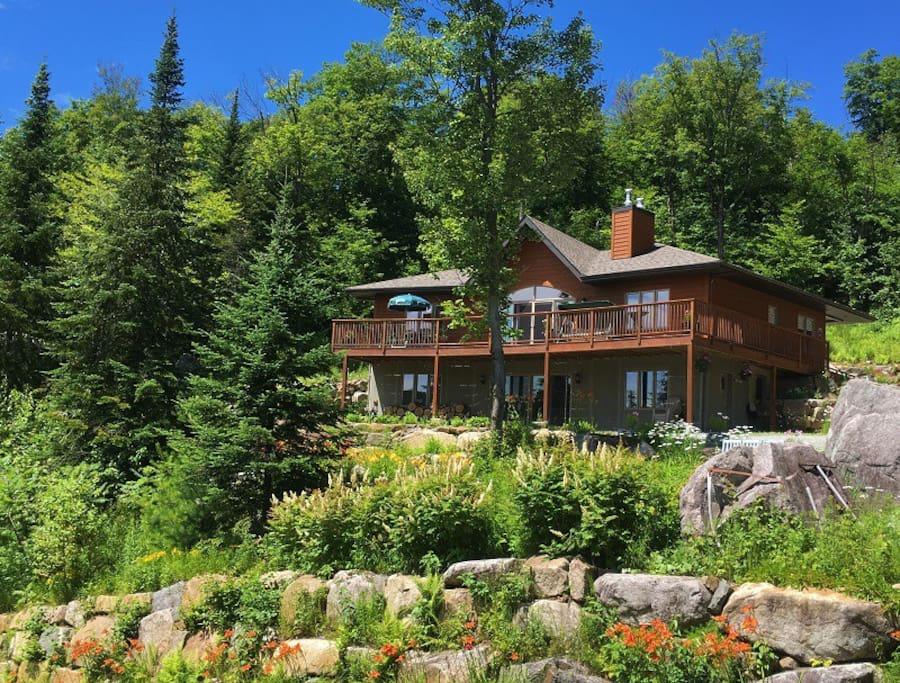 Built on a moutainside overlooking Lake Vingt-Sous