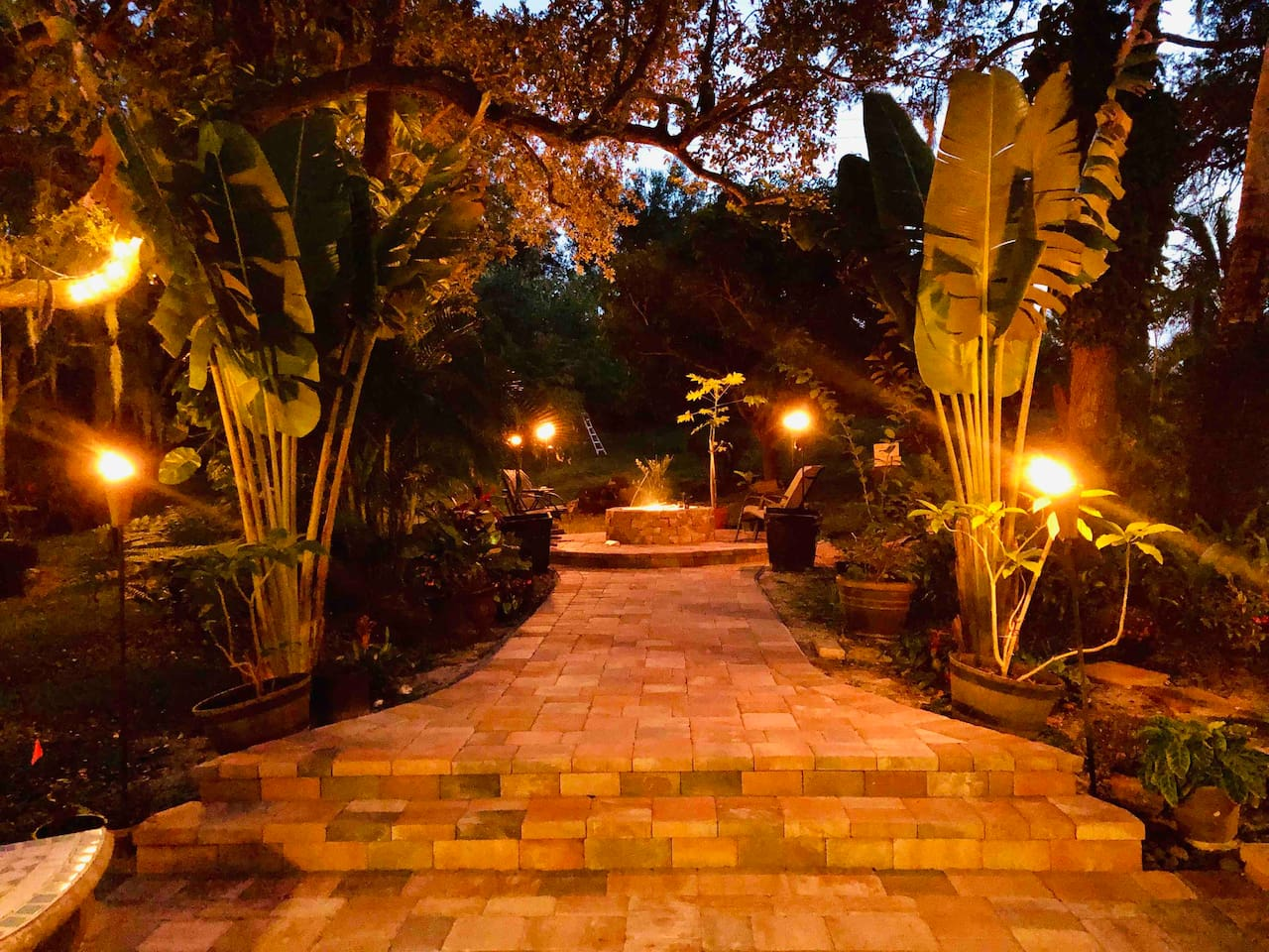 This place transforms at night. Romantic evening by the fire, or gathering with friends to celebrate your accomplishments... The perfect outdoor space!