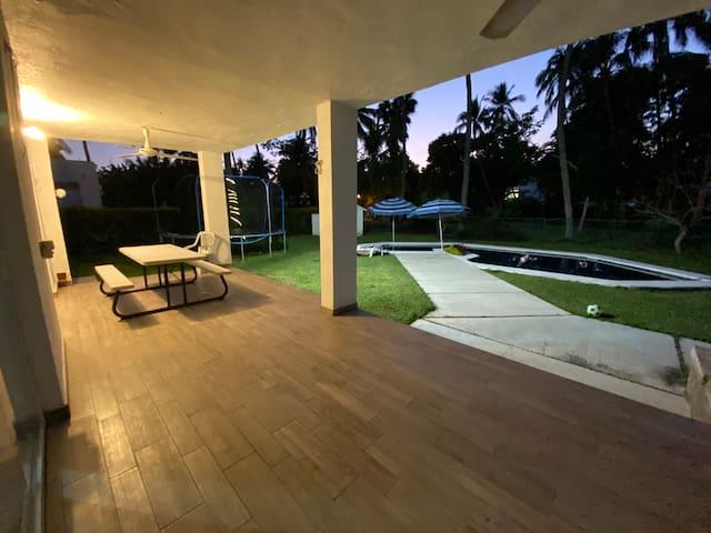 Casa en Club Santiago, alberca privada.