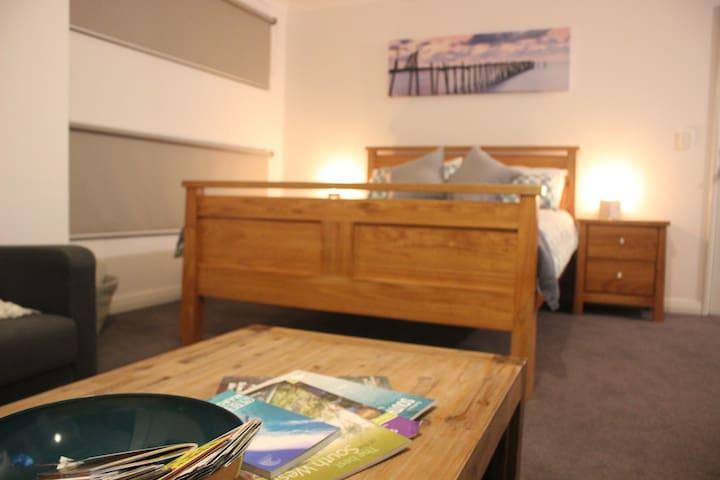 Private Studio Retreat-Queen bed/Bathroom/Kitchen