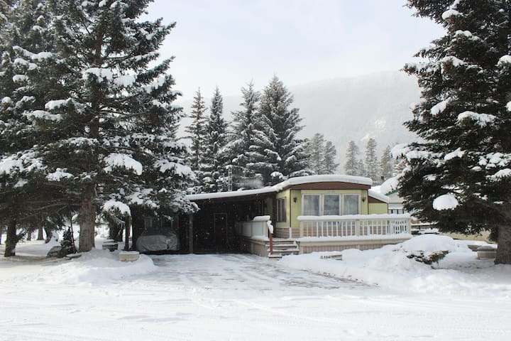 Cozy getaway, 2 bedroom home. - Sparwood - Casa