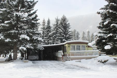 Cozy getaway, 2 bedroom home. - Sparwood - Maison