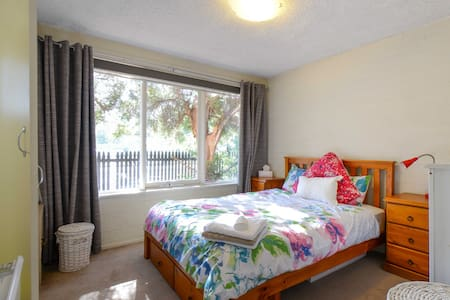 Cozy apartment with covered parking - Brunswick West