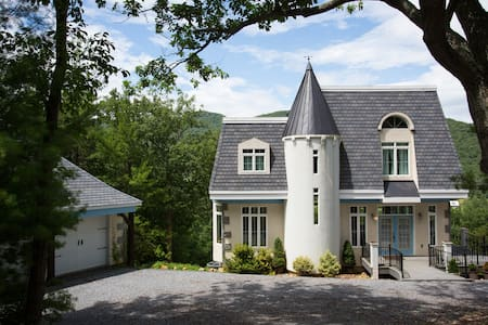 Petite French Chateau on a mountainside. - Elkton - House