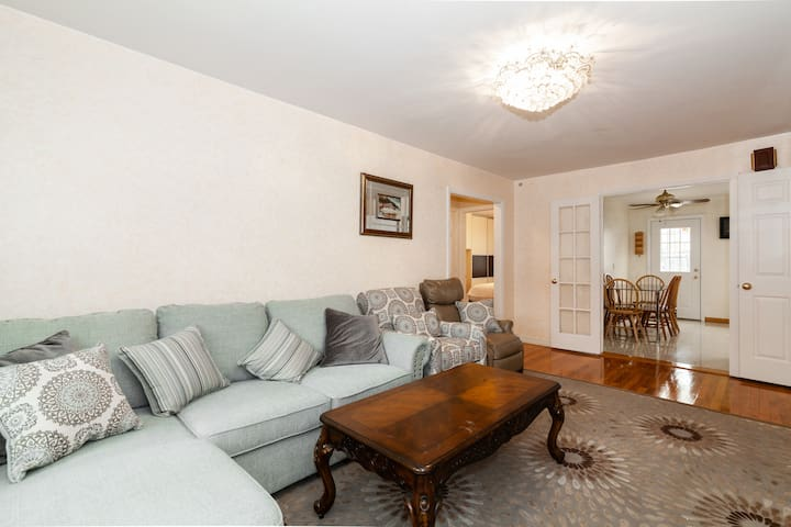 4BR  In Queens W/Backyard