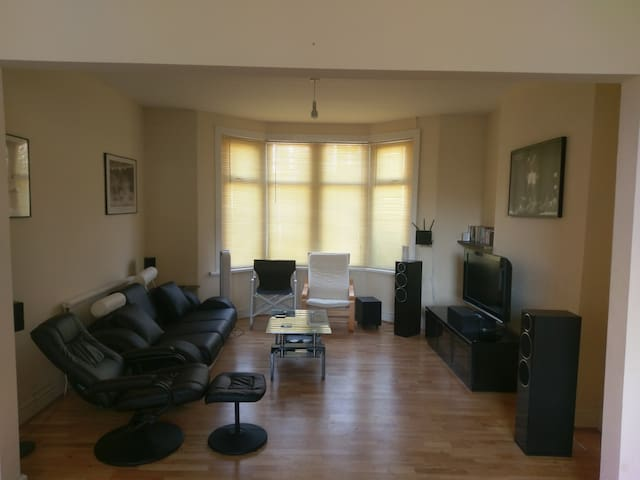 2 bedrooms close to city for Champions League - Cardiff - Huis