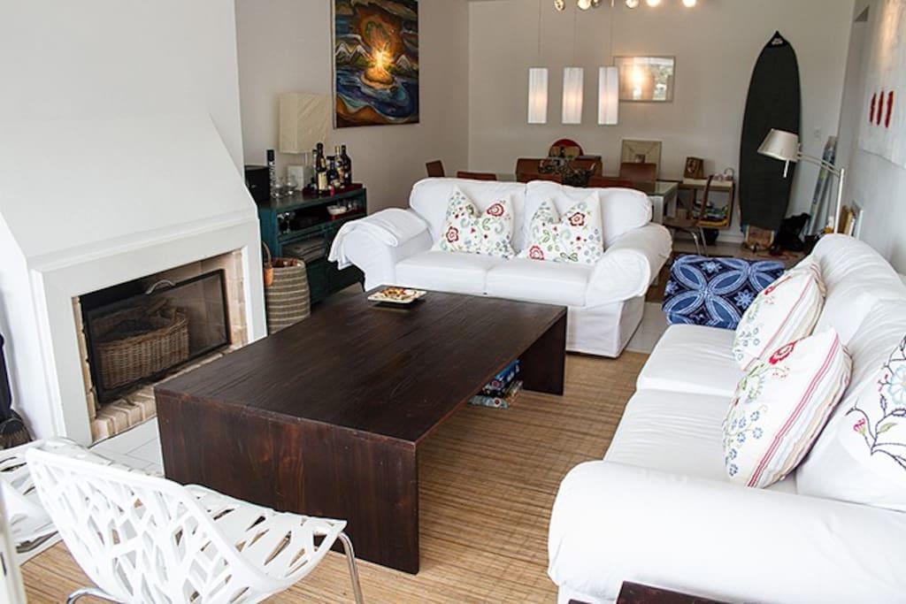 Living comedor con hermosa luminosidad, cómodos sillones y estufa a leña.