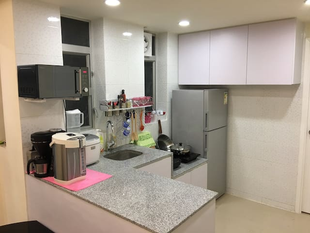 Cozy and Neat Open Kitchen, good for group party! 设备齐全心开放式厨房,是大伙儿开派对之选