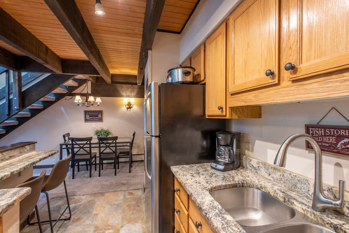 Ski-in/Walk-out condo, free wifi, covered parking. kitchen