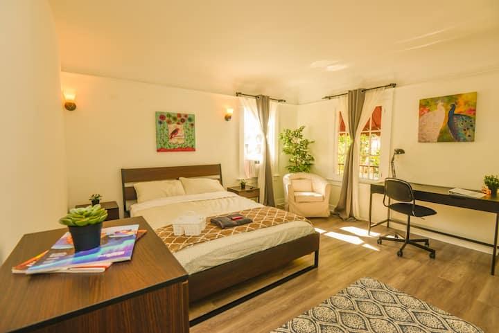 C.C1- Spacious, Clean, Modern Private Room w/ AC