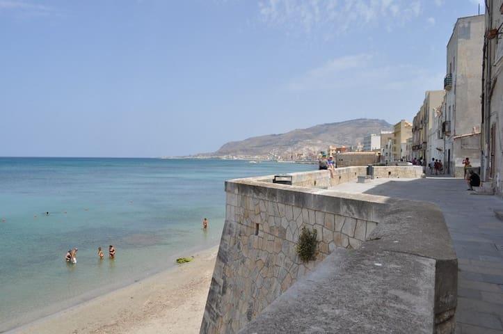 Veduta spiaggia in fondo alla strada dov'è ubicato l'alloggio. (mura di tramontana)