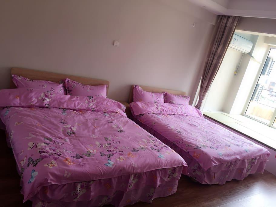 两张大床,星级床品,将给您带来更舒适的睡眠。