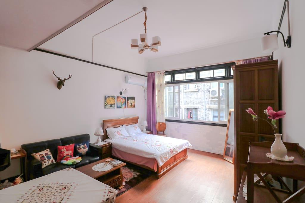 房间有4米多宽。