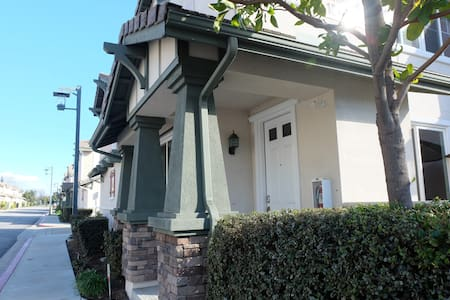 Luxurious 2 Bedroom + Loft Townhome - Rancho Cucamonga