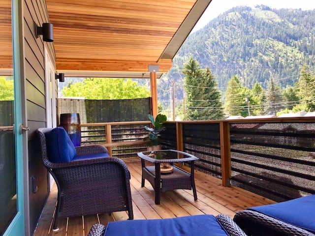 STEAM SAUNA, Mountain Views, In-Town Retreat