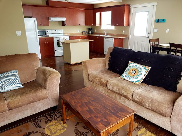 Comfy 2 bedroom suite close to everything