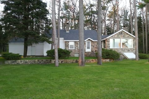 Relaxing lake house w/ firepit, boat mooring, free cable, and full kitchen!