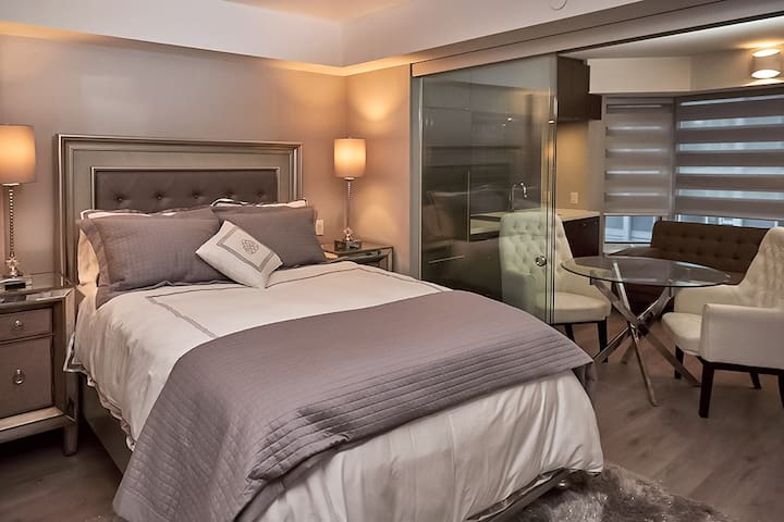 GORGEOUS LUXURY HOTEL STYLE SUITE IN YORKVILLE