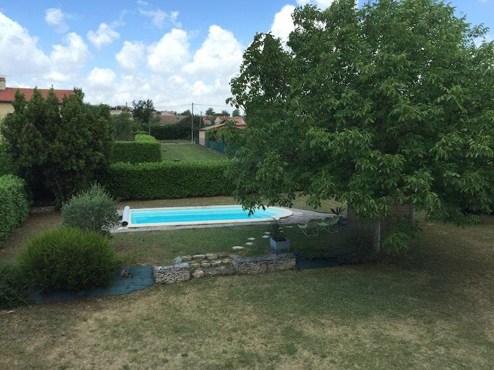 Agréable villa avec piscine dans quartier calme