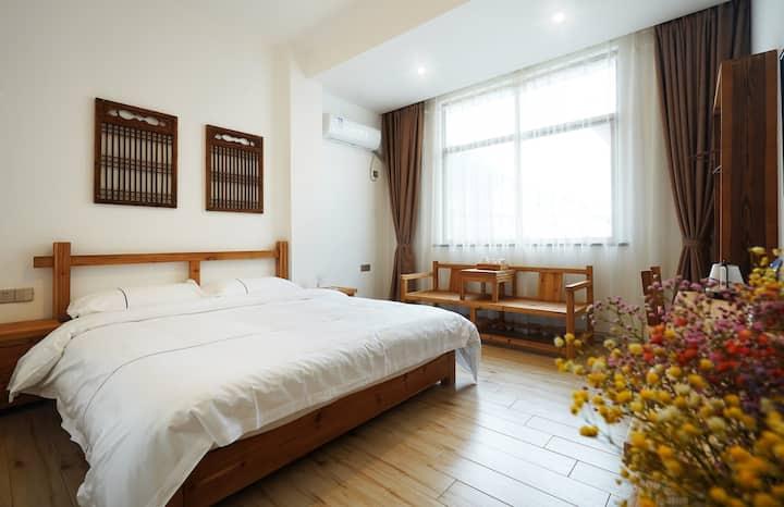 这是1间大床房,内有日式简约大床。位于武夷山景区南大门,房东是土生土长茶农兼旅游达人。