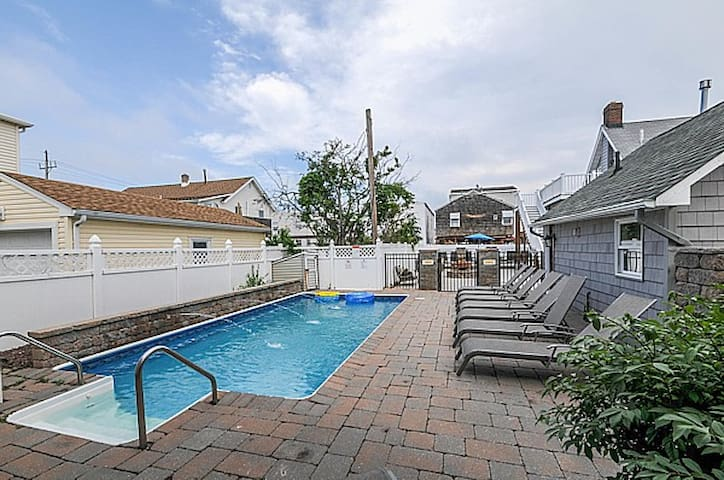 Spacious 4 BR Beach Suite L, Pool & Fitness Access