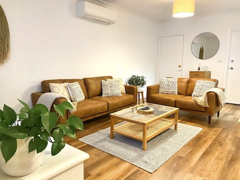 Air Conditioned, Renovated Apartment, Walk to CBD