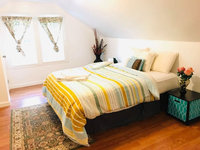 Master Suite w/Bath near Tufts - 15 min to Airport