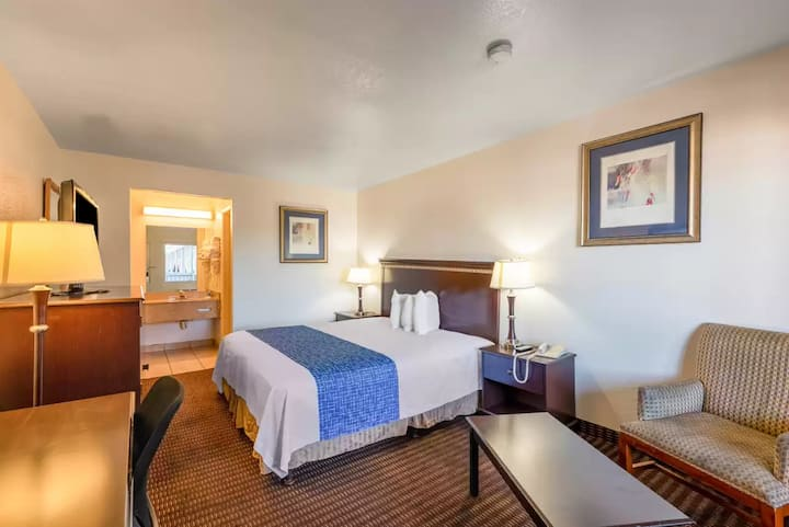 MacStay I Private King Room | Sweetwater &  N 28th