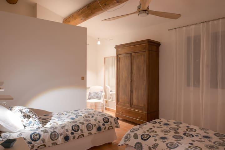 """Etage : Ch. Modulable (2 lits simples), ventilateur et espace dressing (au fond). possibilité d'1 lit double """"king size""""."""