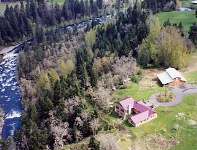 A Northwest Country Paradise Close to Town