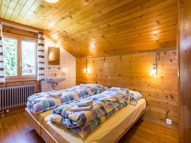 Zimmer mit 2 Betten und Lavabo