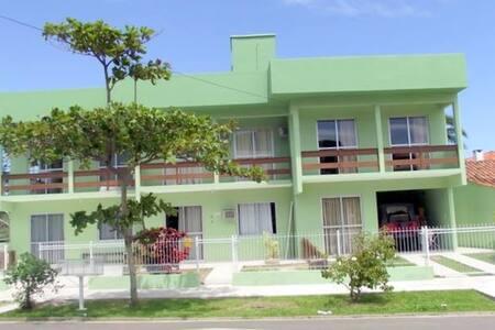 Apartamento à 50 metros da praia da Daniela - フロリアノポリス - アパート