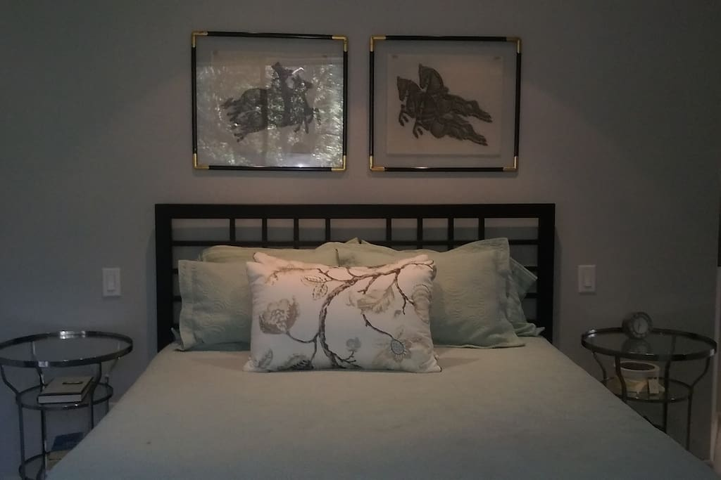 Queen size bed, memory foam mattress, choice of blanket or duvet.
