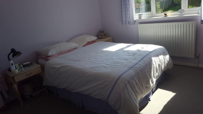 Private room with ensuite shower close to beach - Walton on the Naze - Casa