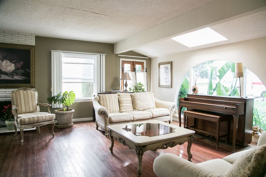 Light from every direction for an airy peaceful room to read or play piano