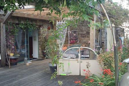 Maison d'artiste sur un lit de verte nature