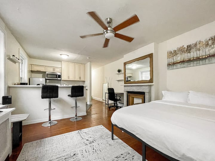 Comfy Rittenhouse Studio | ♛QueenBed | FreeParking