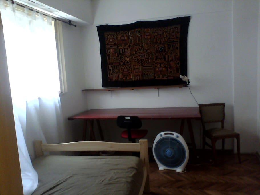 mesa de trabajo habitación naranja